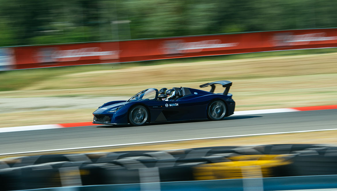 Full performance on the racetrack: the Dallara Stradale featuring tailor-made hardware and software from Bosch